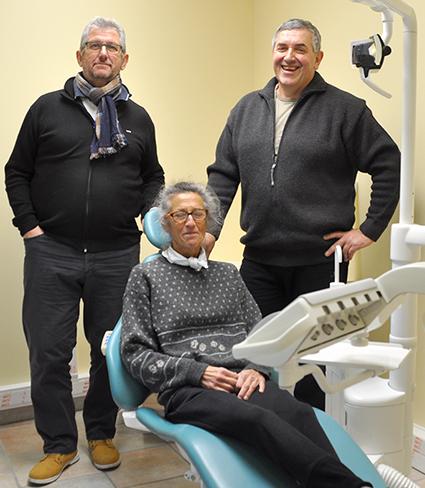 patricia-degueldre-la-future-assistante-de-guy-lilot-pause-dans-le-fauteuil-de-leur-futur-patient
