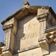 fronton-de-la-vieille-ecole-ce-batiment-abrite-aujourdhui-le-centre-de-loisirs-communal