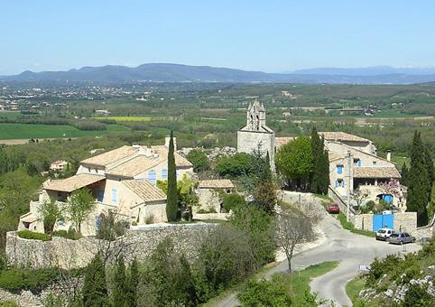 le-hameau-de-rac-berceau-de-malataverne-surplombe-la-plaine-de-montelimar
