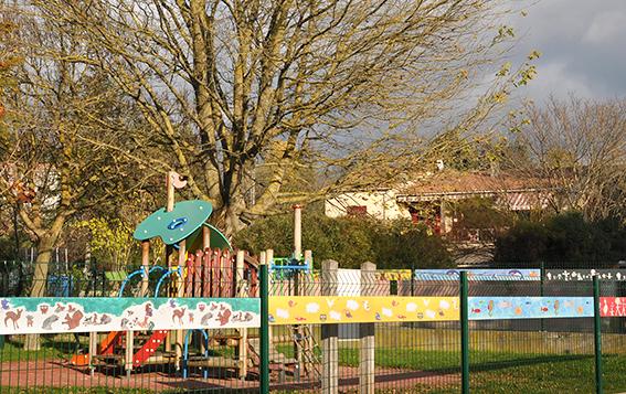 les-enfants-de-malataverne-decorent-leur-parc-de-jeux
